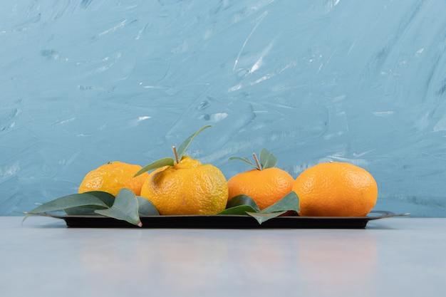 Leckere mandarinenfrüchte auf metalltablett