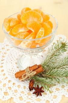 Leckere mandarinenscheiben in glasschale