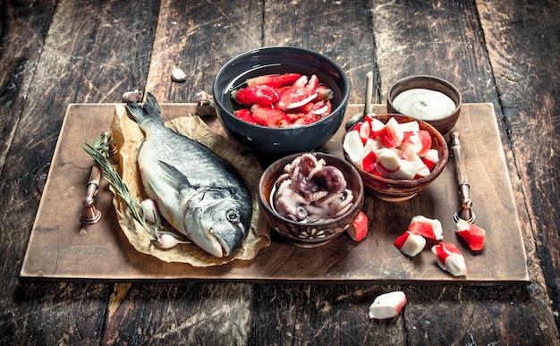Leckere meeresfrüchte an bord. auf einem hölzernen hintergrund.