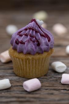 Leckere mini-cupcakes auf vintage hintergrund, süßer nachtisch zu weihnachten,