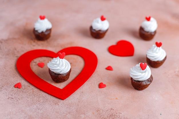 Leckere mini-schokoladen-cupcakes zum valentinstag.
