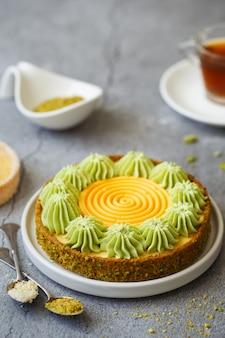 Leckere mini-torten mit nüssen und pudding. auswahl an köstlichen und farbenfrohen desserts
