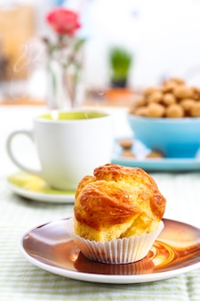 Leckere muffins am frühstückstisch