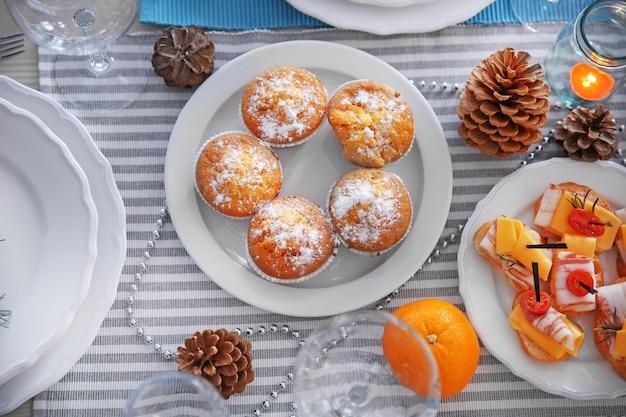 Leckere muffins auf einem weihnachtstisch