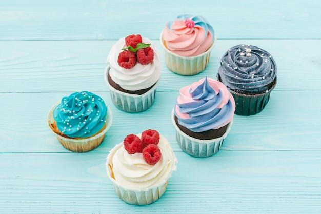 Leckere muffins auf farbigen. festlich, geburtstag