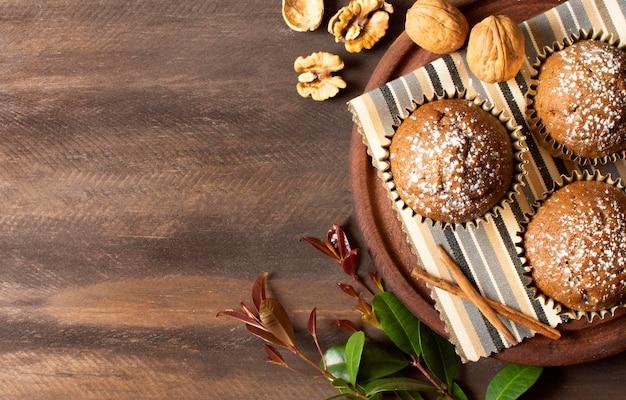 Leckere muffins mit nüssen gefüllt