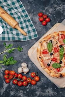Leckere neapolitanische pizza an bord mit kirschtomaten