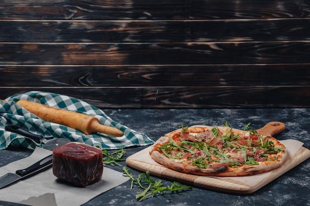 Leckere neapolitanische pizza auf einer tafel mit verschiedenen zutaten, freier platz für text