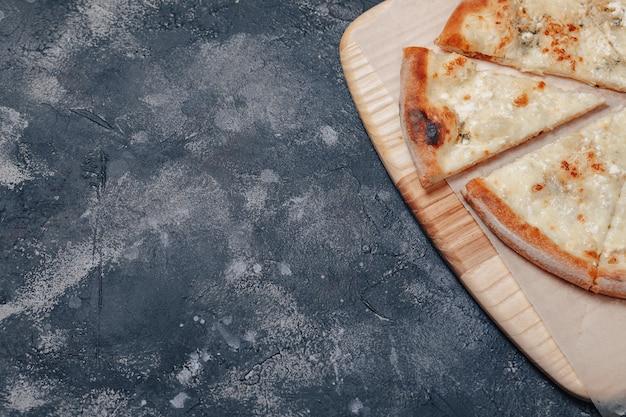 Leckere neapolitanische pizza mit käse. vier käsesorten. konzept der köstlichen italienischen pizza.