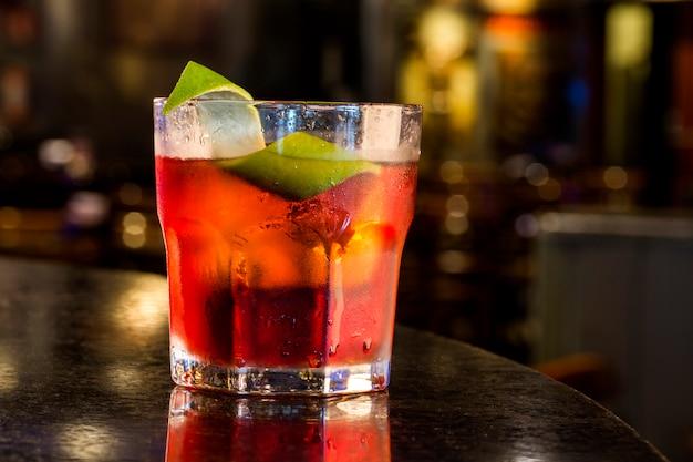 Leckere negroni-cocktails mit campari, gin, wermut und einem hauch von zitrusfrüchten.
