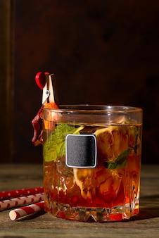 Leckere negroni-cocktails mit campari, gin, wermut und einem zitrusorangen-isolat