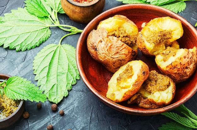 Leckere ofenkartoffel mit kräutern und gewürzen