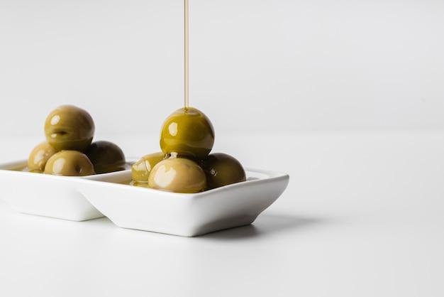 Leckere oliven der nahaufnahme bereit gedient zu werden