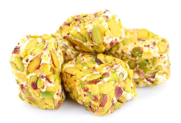 Leckere orientalische süßigkeiten (türkische freude) lokalisiert auf weiß