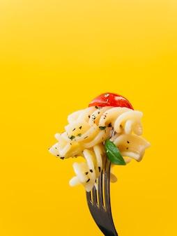 Leckere pasta auf einer gabel