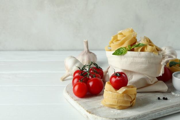 Leckere pasta auf weißem holztisch kochen