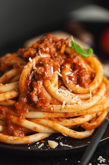 Leckere pasta bolognese mit käse und basilikum