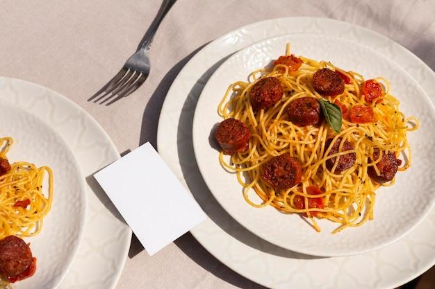 Leckere pasta mit chorizo-scheiben