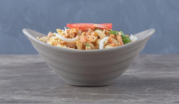 Leckere pasta mit eiern in keramikschale.