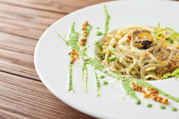 Leckere pasta mit eigelb und sauce auf teller