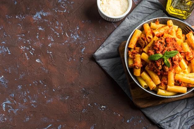Leckere pasta mit italienischer tomatenfleischsauce
