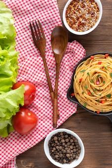Leckere pasta mit soße und gemüse und gewürzen.