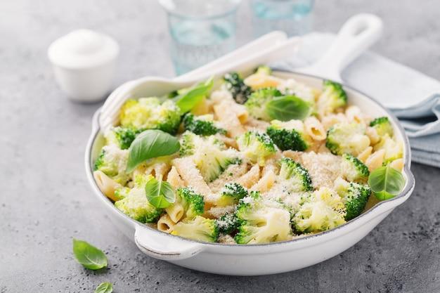 Leckere pasta penne mit broccoli und käse