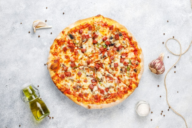 Leckere peperoni-pizza mit pilzen und gewürzen.