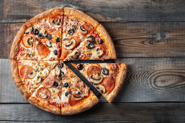 Leckere pepperonipizza mit pilzen und oliven.