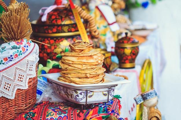 Leckere pfannkuchen auf dem thekenfestival maslenitsa
