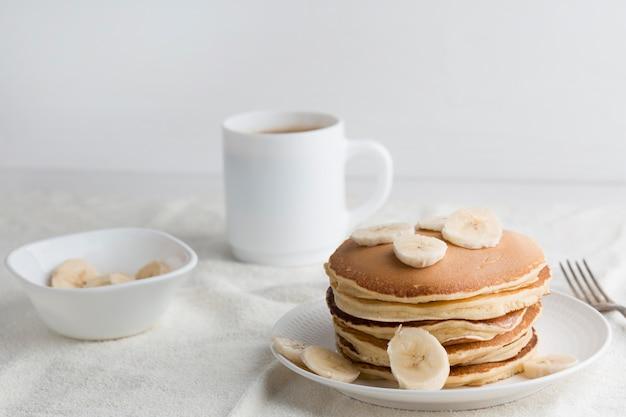Leckere pfannkuchen auf weißem teller