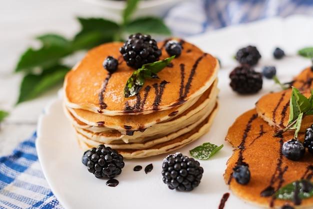 Leckere pfannkuchen mit brombeeren und schokolade.
