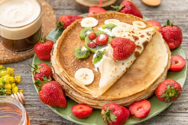 Leckere pfannkuchen mit erdbeeren zum frühstück.