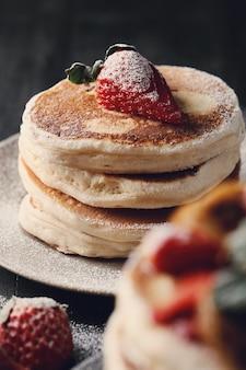 Leckere pfannkuchen mit erdbeeren