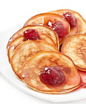 Leckere pfannkuchen mit erdbeermarmelade