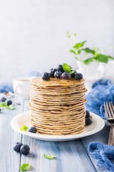 Leckere pfannkuchen mit frischen blaubeeren