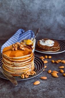 Leckere pfannkuchen mit honig