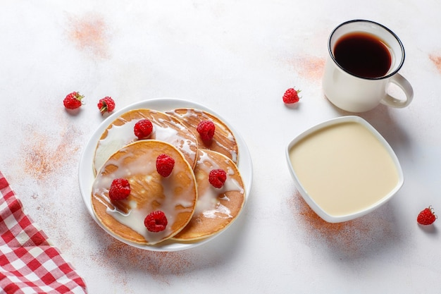 Leckere pfannkuchen mit kondensmilch