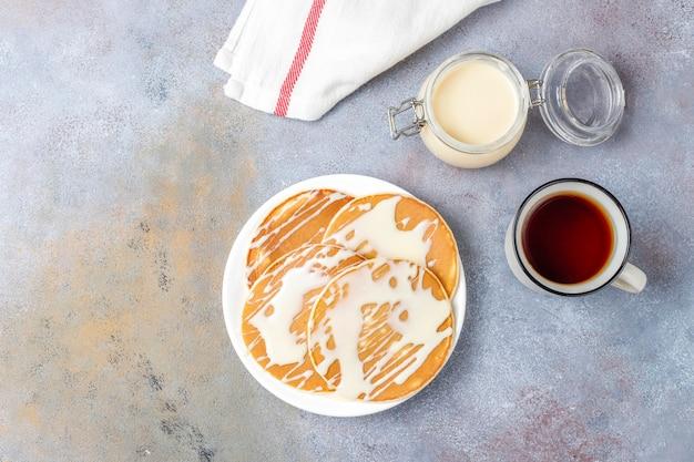 Leckere pfannkuchen mit kondensmilch.