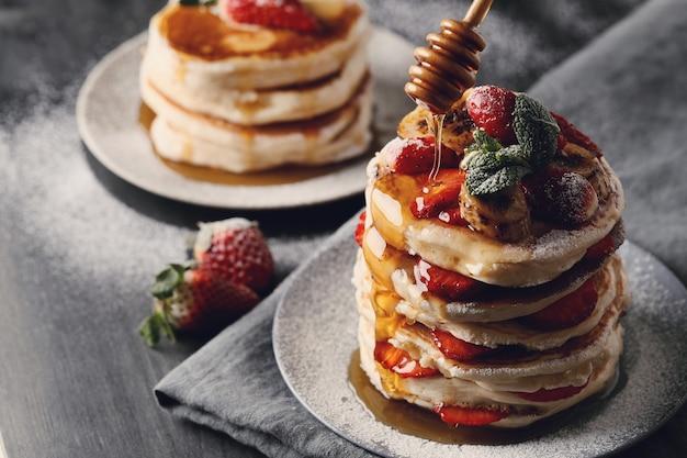 Leckere pfannkuchen mit obst und honig