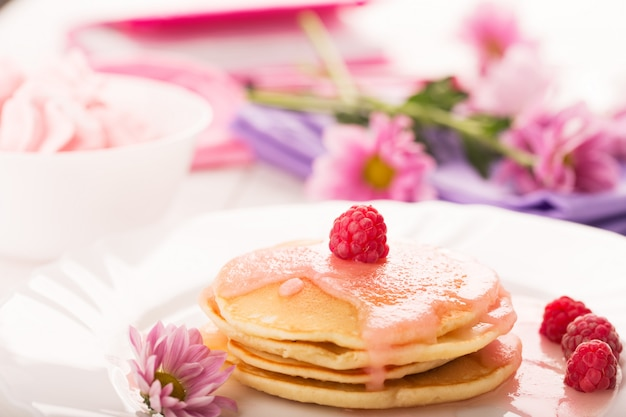 Leckere pfannkuchen mit rosa sauce