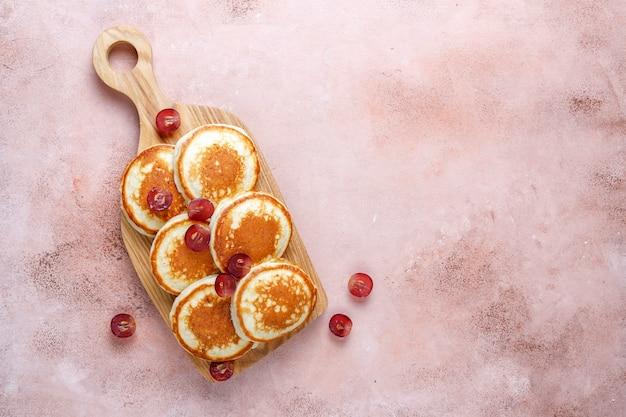 Leckere pfannkuchen mit roten trauben.