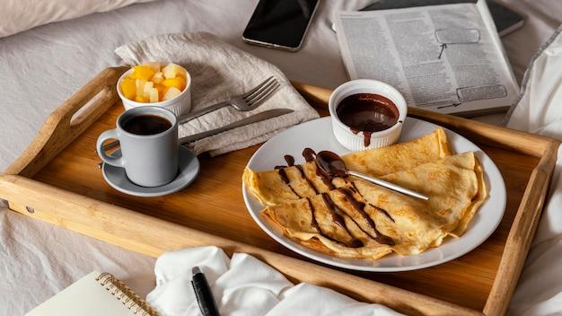Leckere pfannkuchen mit schokoladenhochwinkel