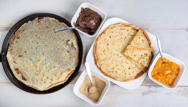 Leckere pfannkuchen mit schokoladenzucker und marmelade
