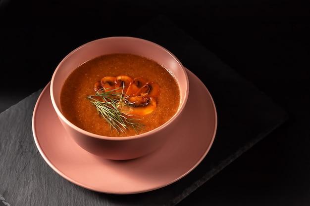 Leckere pilzsuppe mit dill und gebratenem toast auf dem tisch. horizontale draufsicht von oben