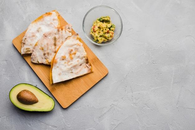 Leckere pita in der nähe von guacamole und avocado