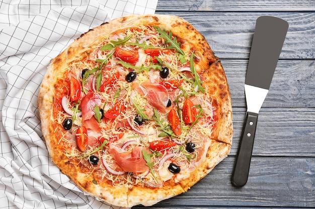 Leckere pizza auf dem tisch. frisch aus dem ofen