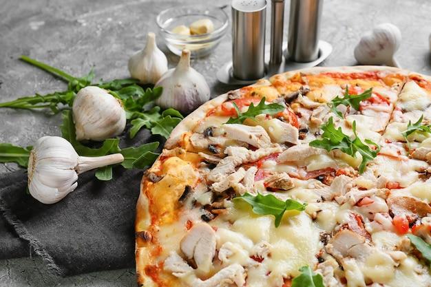 Leckere pizza auf grauem hintergrund