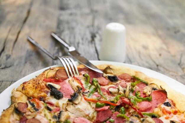 Leckere pizza auf porzellanteller serviert