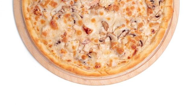Leckere pizza ist isoliert auf weiß
